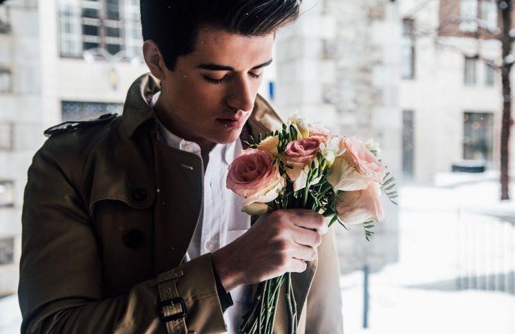 парень, букет цветов