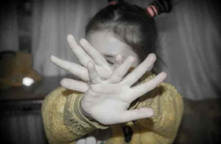 В России мужчина насиловал 8-летнюю падчерицу, пока её мать спала рядом