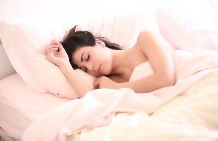 кровать, девушка спит