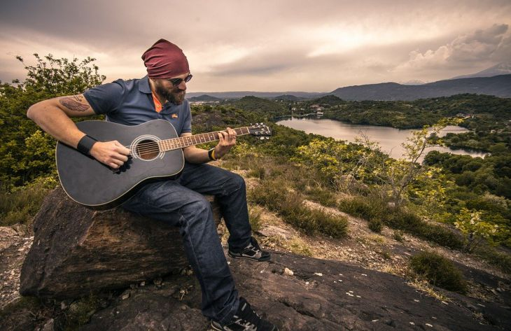мужчина, гитарист, природа