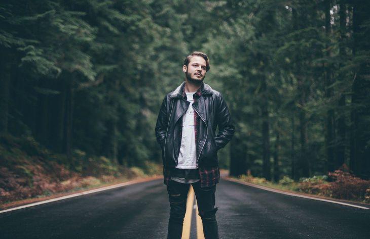 мужчина, дорога, лес