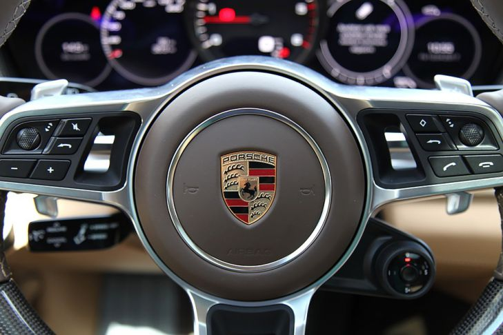 эмблема на руле Porsche